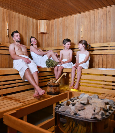 https://www.hotel-dolnimorava.com/data/system/wellness/rodinne-saunovani.jpg
